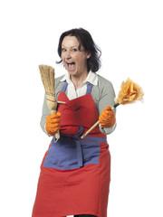 femme attaque ustensiles de nettoyage