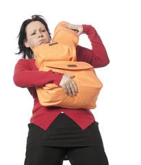 jeune femme portant des sacs de voyage