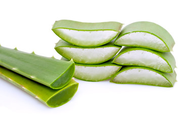 Tranches d'Aloe Vera empilées sur fond blanc