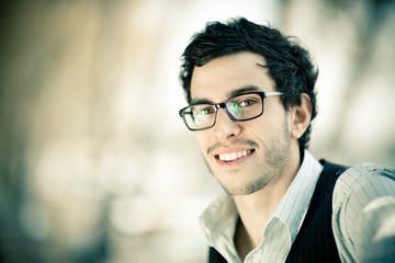 homme brun lunettes