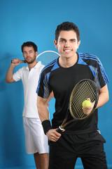 zwei männer spielen tennis