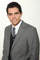 junger mann im anzug vor weißem hintergrund
