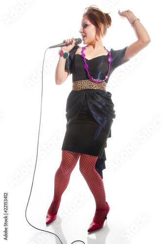 Attraktive junge Sängerin mit Mikrofon, Rockstar Poster