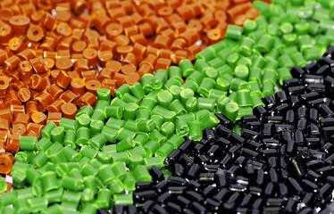 ocker/grün/schwarzes Kunststoffgranulat