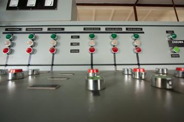 przyciski i lampki na pulpicie sterowniczym