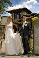 Novelli sposi davanti ad una villa antica