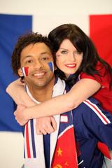 Jeune homme et femme supporter des français