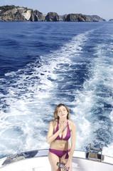 Ragazza in barca con la crema solare