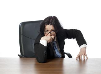 jeune femme au bureau audition réflexion