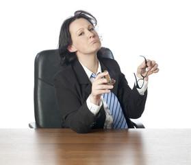 jeune femme au bureau analysant