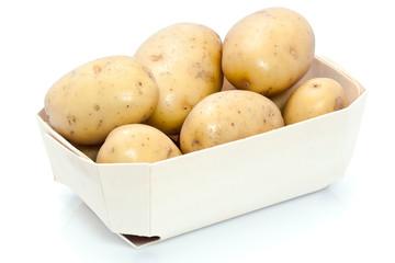 Petit cageot de pommes de terre fraîches sur fond blanc