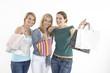 drei freundinnen beim auspacken der einkäufe