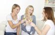 drei freundinnen trinken weißwein