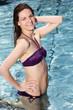 Frau posiert im Schwimmbecken