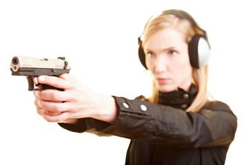 Polizistin trainiert das Schießen