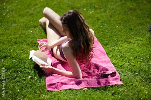 Leinwanddruck Bild Frau entspannt auf Wiese