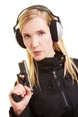 Frau mit Pistole und Gehörschutz