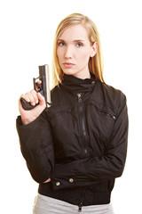 Frau posiert mit Pistole