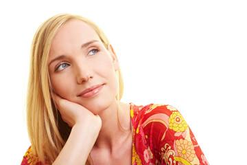 Blonde Frau schaut verträumt