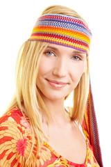 Blonde Frau mit buntem Stirnband