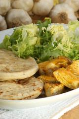 Naan bread und Curryhuhn auf einem Teller