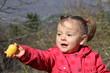 petite fille offrant un objet avec sa main