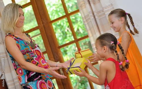 Fillettes donnant un cadeau.