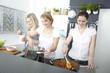 drei frauen kochen in küche