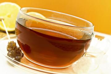 schwarzer Tee mit Zucker und Zitrone