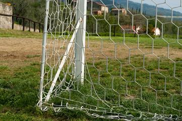 Particolare di una porta di campo da calcio trascurato