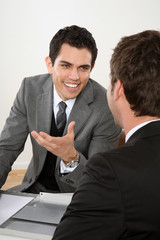 zwei männer dynamisches team business besprechnung