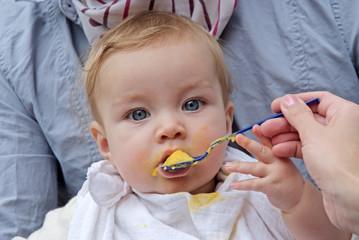 junges Mädchen beim Esssen, Kleinkind, 2 Jahre alt