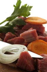 Carne cruda per lo spezzatino e verdure