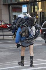 Mendigo cargado de zapatos