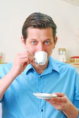 Mann genießt einen Espresso