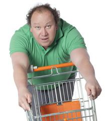 homme relax avec un caddye de magasin