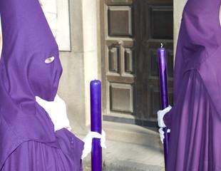 Nazarenos con túnica morada