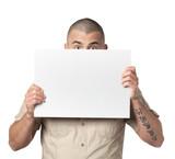 jeune homme caché derrière une pancarte blanche, poster