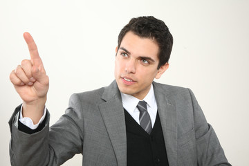 Junger Mann Business zeigt mit dem Finger