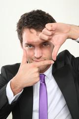 junger business mann zeigt ein symbol mit seinen händen