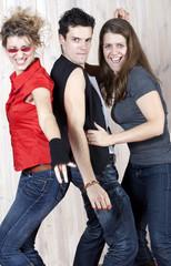 danse de trois jeunes gens