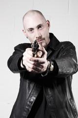 jeune homme pointant une arme a feu