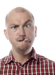 jeune homme louchant grimace avec la bouche