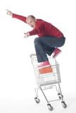 jeune homme surfant sur un caddie de commerce poster
