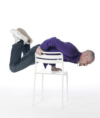 jeune homme exercice sur une chaise