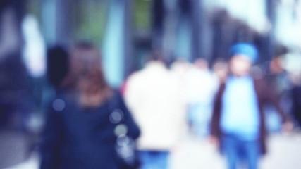Menschen in der Einkaufsstraße, unscharf