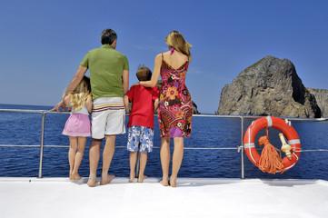 famiglia che ammira il panorama dalla barca