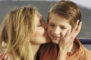 mamma che bacia figlio