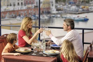famiglia in vacanza all'isola di ponza italia