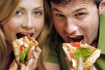 coppia che mangia la pizza